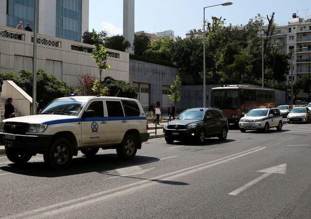 3 darbeci asker mahkeme binasına getiren polis konvoyu