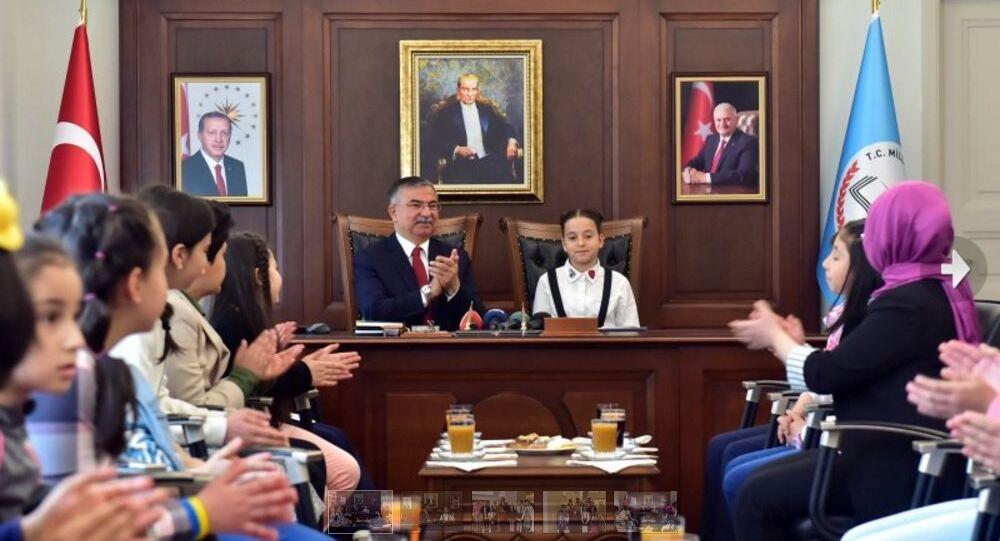 Millî Eğitim Bakanı İsmet Yılmaz, 23 Nisan Ulusal Egemenlik ve Çocuk Bayramı kutlamaları çerçevesinde, okullardan gelen öğrencileri makamında kabul etti.