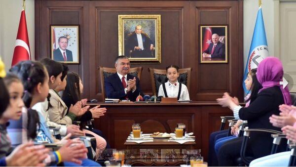 Millî Eğitim Bakanı İsmet Yılmaz, 23 Nisan Ulusal Egemenlik ve Çocuk Bayramı kutlamaları çerçevesinde, okullardan gelen öğrencileri makamında kabul etti. - Sputnik Türkiye