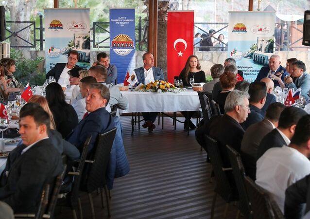 Dışişleri Bakanı Mevlüt Çavuşoğlu, Alanya'da Uluslararası Rus Derneği, medya yöneticileri ve Rus gazetecilerle bir araya geldi
