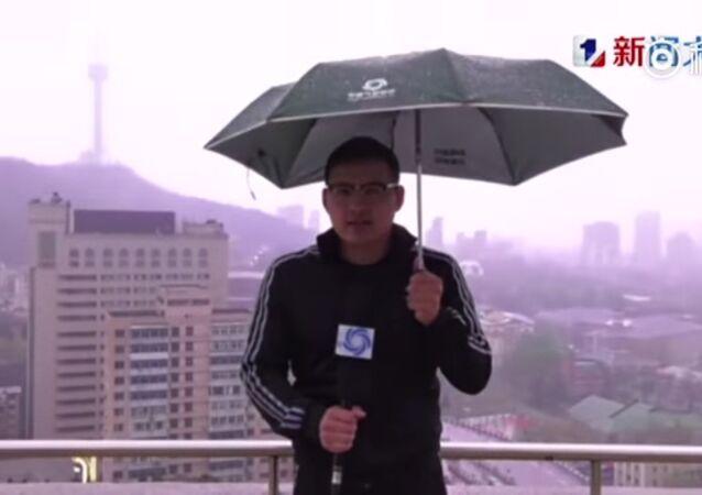 Çinli muhabiri yıldırım çarptı