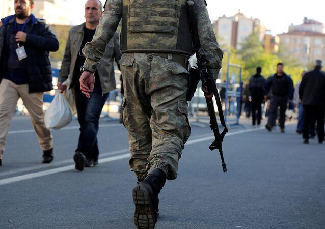 Diyarbakır'da 16 Nisan'da yapılan Anayasa referandumu sırasında görev yapan bir asker