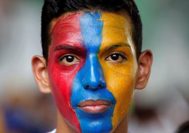Venezüella'nın başkenti Caracas'ta Devlet Başkanı Maduro'yu protesto eden bir muhalefet destekçisi