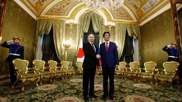 Rusya Devlet Başkanı Vladimir Putin- Japonya Başbakanı Şinzo Abe - Sputnik Türkiye