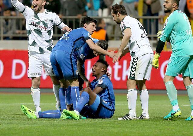 Kasımpaşalı futbolcu Koita, sahayı göz yaşlarıyla terk etti