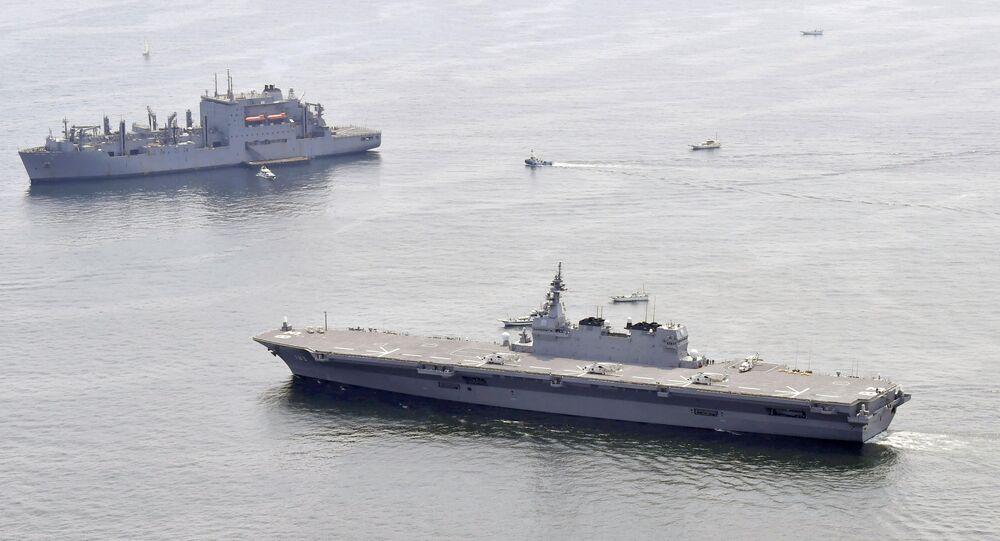 Japonya'nın en büyük savaş gemisi İzumo (sağda) ve ABD'nin bölgeye gönderdiği ikmal gemisi (solda)