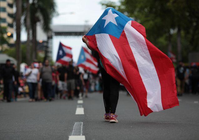 Porto Riko'da hükümetin kemer sıkma önlemlerini protesto eden bir eylemci