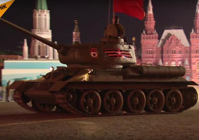 Kızıl Meydan'daki 'zafer geçidi' için son gece provası