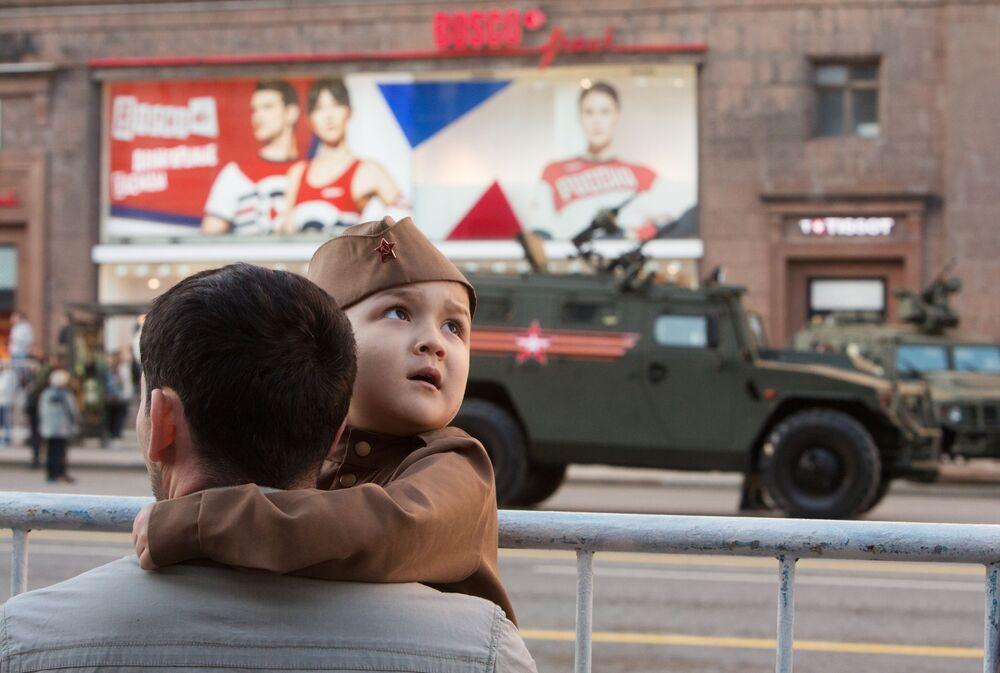 Vatandaşlar, askeri teçhizatın Tverskaya Caddesi'nden geçişini izleme fırsatını yakaladı.