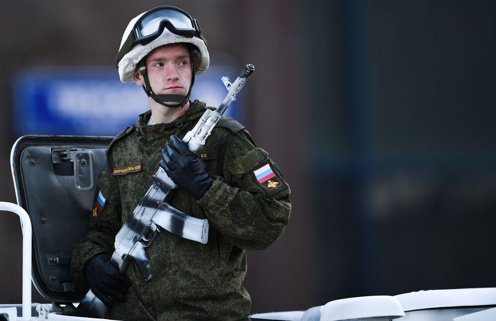 Askeri teçhizatın Tverskaya Caddesi'nden geçme anı.