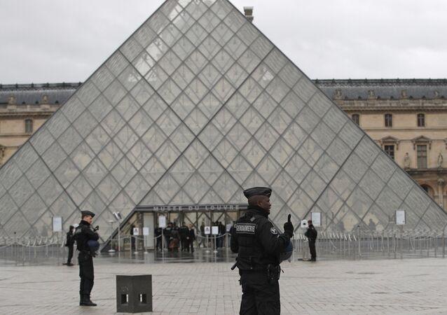 Paris - Louvre - polis