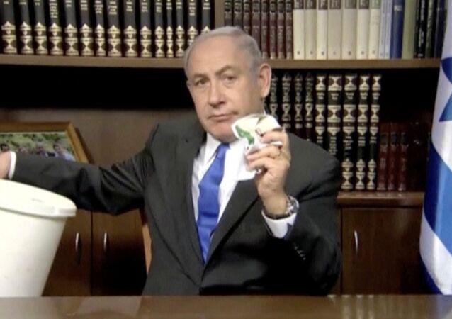 İstail Başbakanı Benyamin Netanyahu Hamas'ın siyaset belgesini çöpe attı