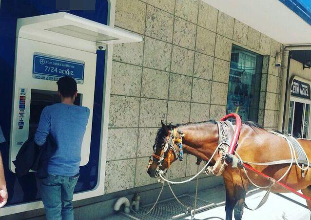 Yaşam ATM'den para çekmeye atıyla gitti