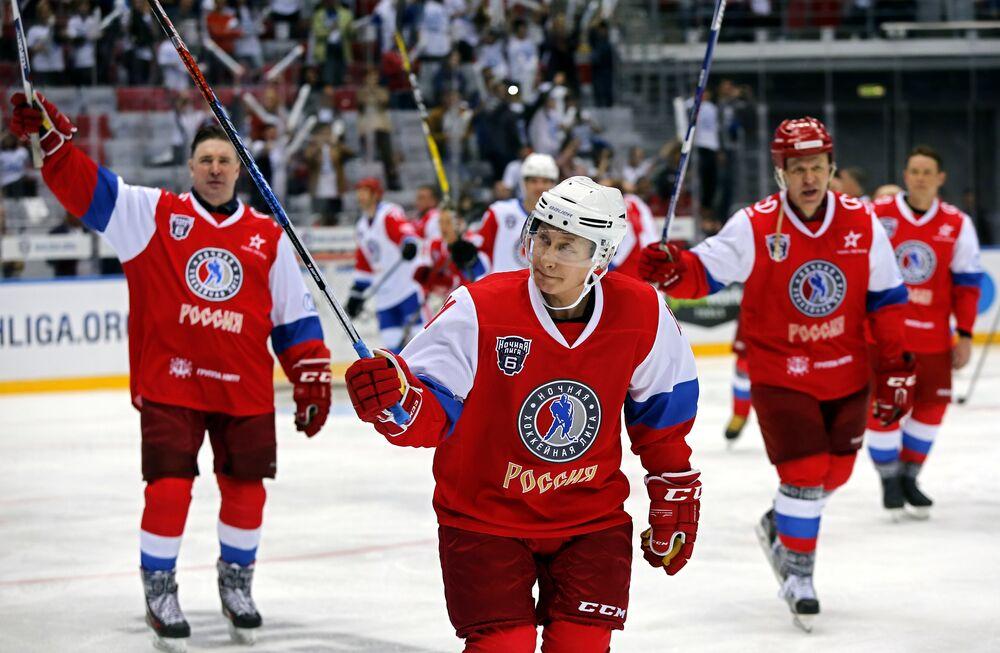 Putin buz hokeyi pistinde