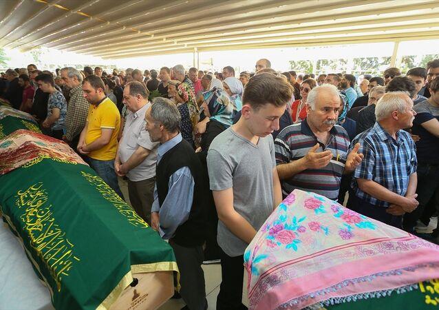 Marmaris'teki otobüs kazasında hayatını kaybedenler Buca'da toprağa verildi