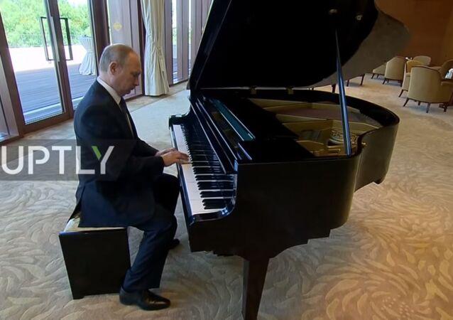 Vladimir Putin'den Pekin'de piyano ziyafeti
