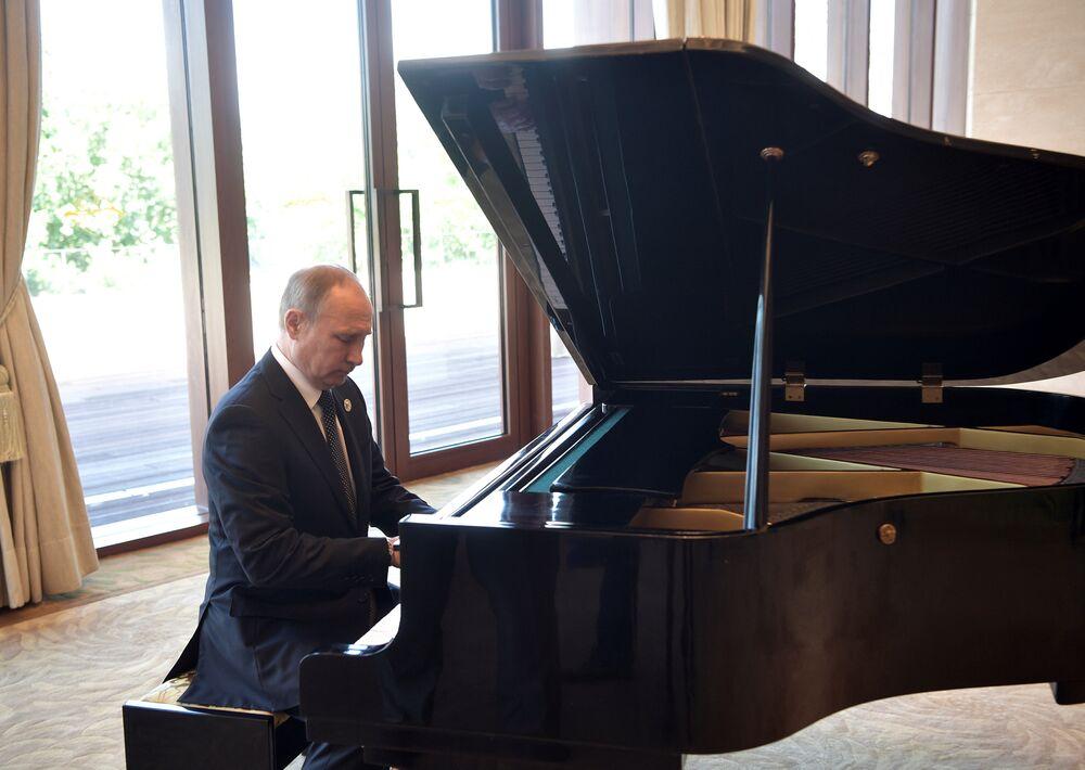 Rusya Devlet Başkanı Vladimir Putin piyano çaldı