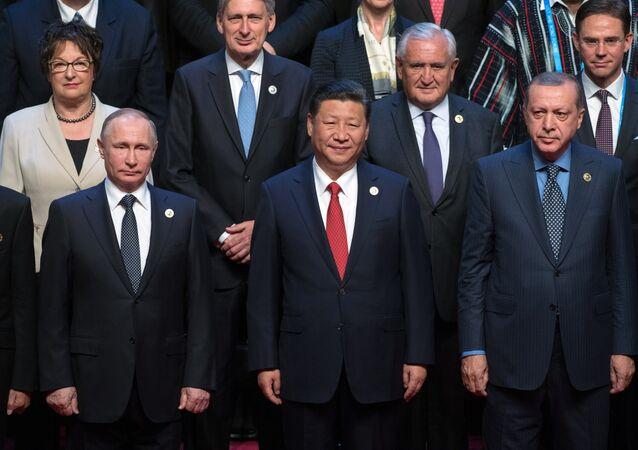 Rusya Devlet Başkanı Vladimir Putin, yol ve Kuşak Forumu'nda Çin Devlet Başkanı Şi Cinping ve Cumhurbaşkanı Recep Tayyip Erdoğan'la.
