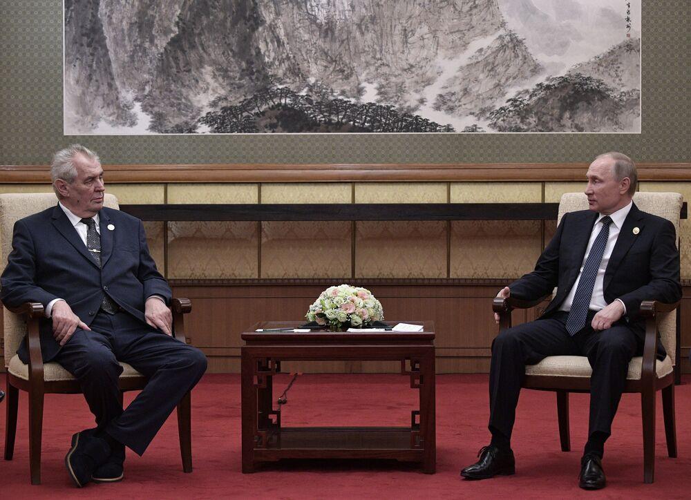 Putin'in Yol ve Kuşak Forumu çerçevesinde ikili temas gerçekleştirdiği bir diğer lider ise Çekya Devlet Başkanı Miloş Zeman'dı. Görüşmede Rusya ile Çekya arasındaki ikili ilişkiler üzerinde duran Putin, Zeman'ın kasım ayında Moskova'yı ziyaret etmesini beklediklerini de söyledi.