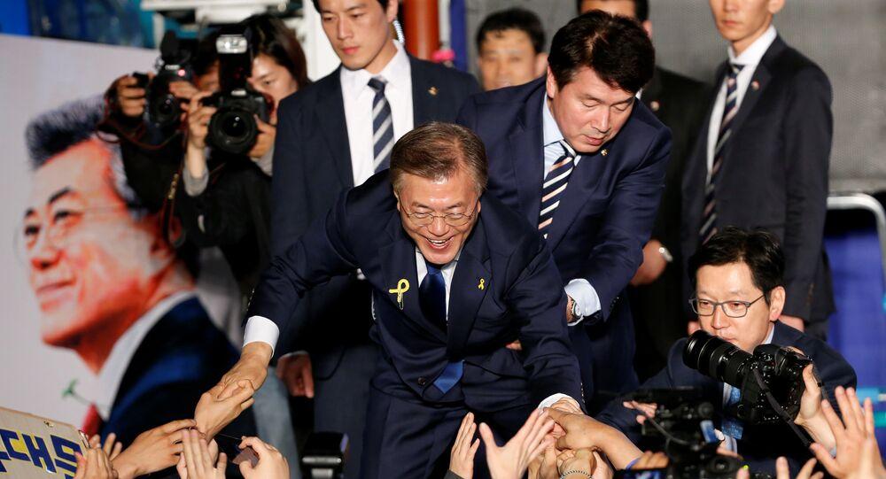 Güney Kore Devlet Başkanı Moon Jae-in ve arkada solda koruması Choi Young-jae