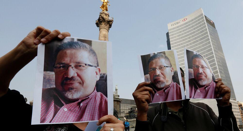 Öldürülen Meksikalı gazeteci Javier Valdez için Mexico City'de yapılan protesto