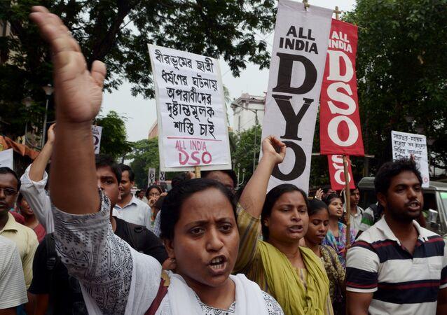 Hindistan'daki tecavüz olaylarını protesto eden kadın aktivistler