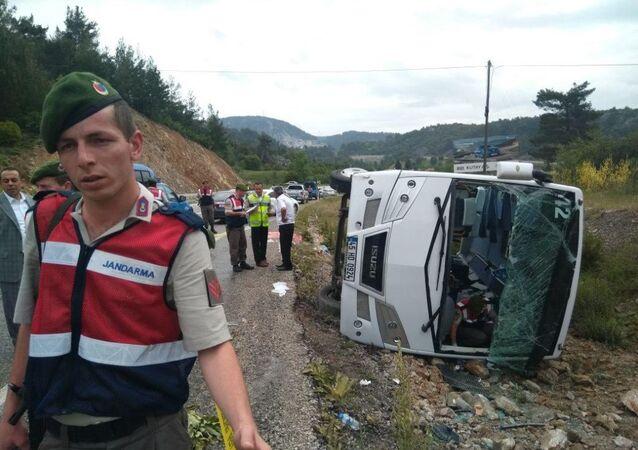 Rus turistleri taşıyan midibüs kaza yaptı