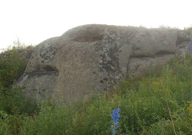 Sibirya'da ejderha biçiminde dev kayalar bulundu