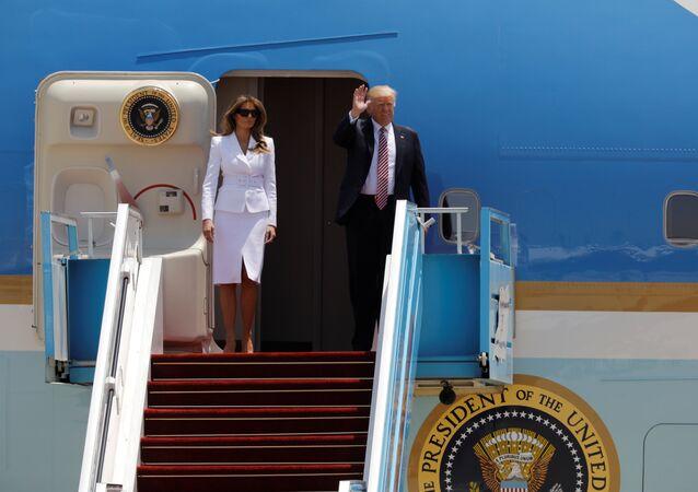 Trump, Air Force One uçağından eşi Melania'yla birlikte indi.