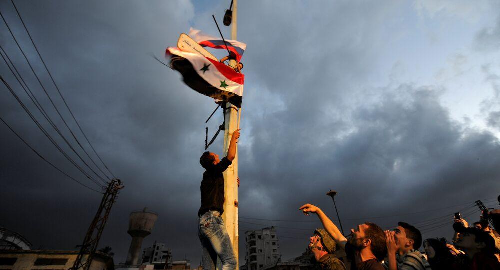 Muhaliflerin tahliye ettiği Humus'un El Waer bölgesine Rusya ve Suriye bayrakları asıldı