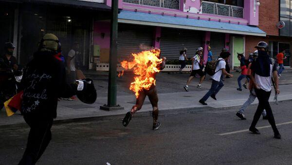 Venezüella'da bir genç ateşe verildi - Sputnik Türkiye