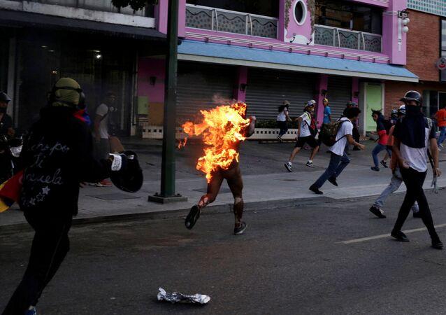 Venezüella'da bir genç ateşe verildi