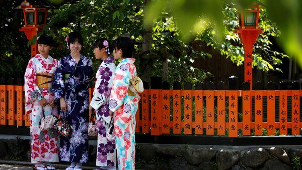Geleneksel kıyafetler giymiş Japon kadınlar - Sputnik Türkiye