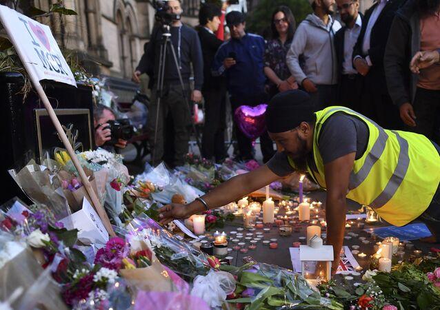 Manchester'da saldırının ardından yapılan anma