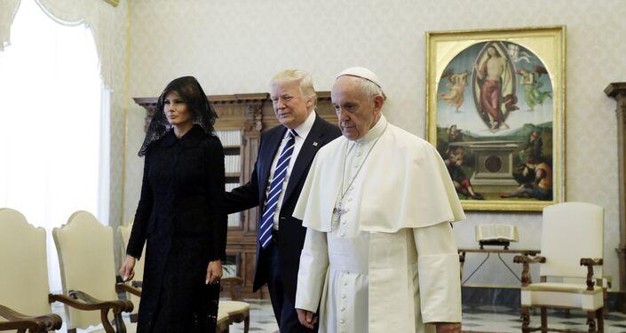 Trump'a, eşi Melania Trump eşlik etti.