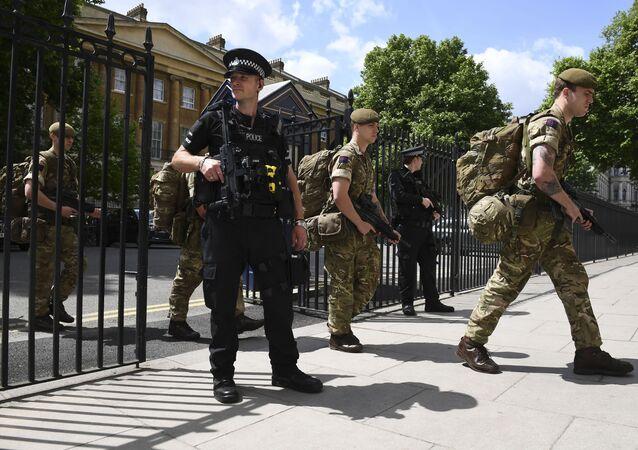 Askerler parlamentonun yanında bulunan Savunma Bakanlığı'na girerken