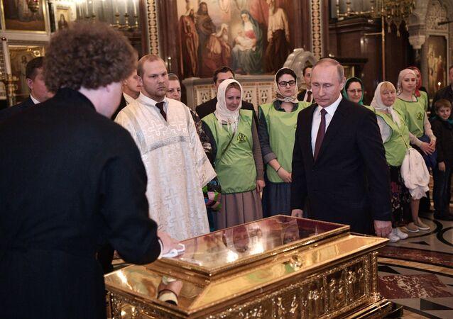 Putin, Noel Baba'nın kalıntılarını ziyaret etti - VİDEO