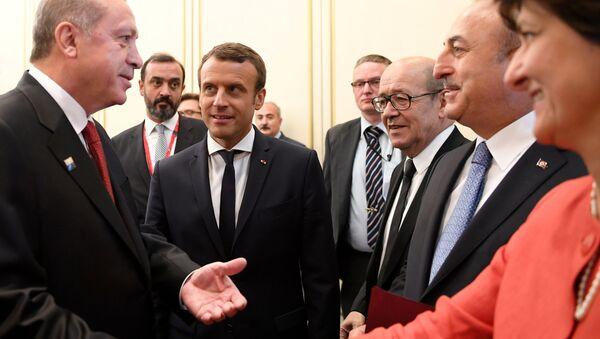 Cumhurbaşkanı Recep Tayyip Erdoğan, Fransa Savunma Bakanı Sylvie Goulard ile el sıkıştı - Sputnik Türkiye