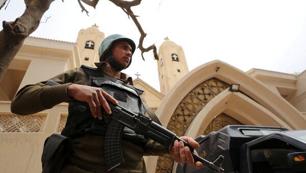 Kıptilere ait bir kilise önünde nöbet tutan Mısır polisi - Sputnik Türkiye