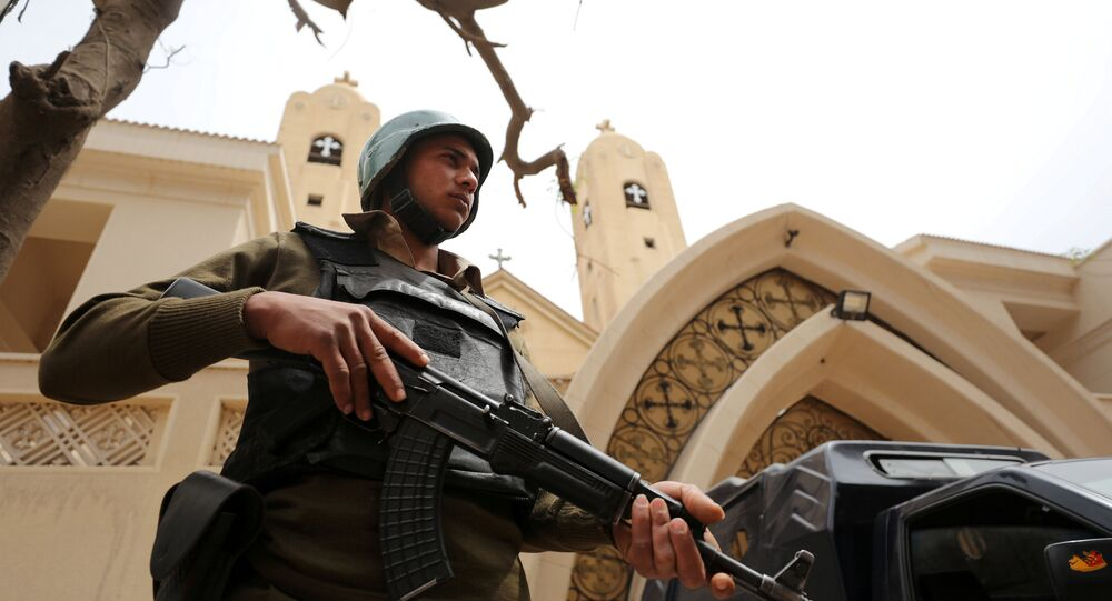 Kıptilere ait bir kilise önünde nöbet tutan Mısır polisi