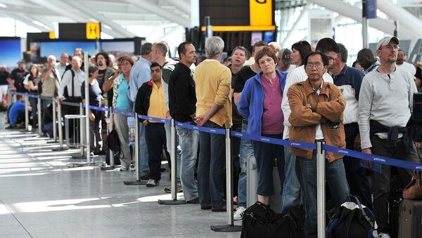 Londra'daki Heathrow Havaalanı'nda British Airways yolcuları - Sputnik Türkiye