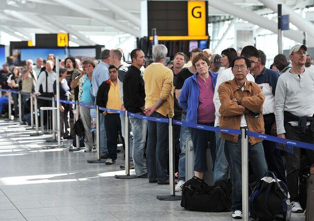 Londra'daki Heathrow Havaalanı'nda bekleyen British Airways yolcuları