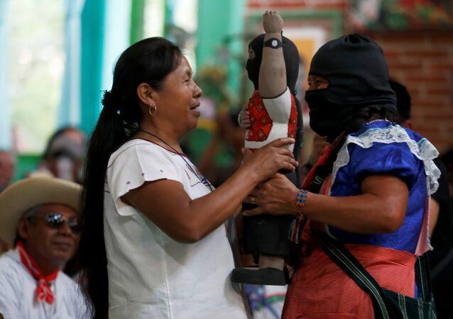 Gelecek yılki Meksika devlet başkanlığı seçiminde Zapatista Ulusal Kurtuluş Ordusu'nu (EZLN) temsil edecek olan Maria de Jesus Patricio Martinez, San Cristobal'daki Ulusal Yerli Konseyi'nde bir Zapatista komutanından hediyesini aldı.