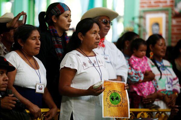 Seçimler Chiapas eyaletindeki San Cristóbal de las Casas'ta 58 etnik grubun 848 delegesinin katılımıyla yapıldı. Toplantıda EZLN üyeleri de hazır bulundu. - Sputnik Türkiye