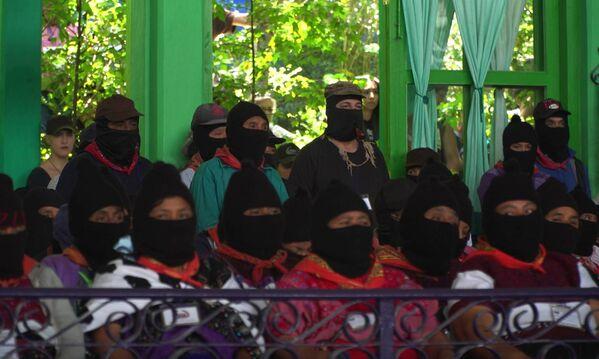 Toplantıda EZLN üyeleriyle birlikte 2014'te adını 'Galeano' olarak değiştiren Subcomandante Marcos da vardı. - Sputnik Türkiye