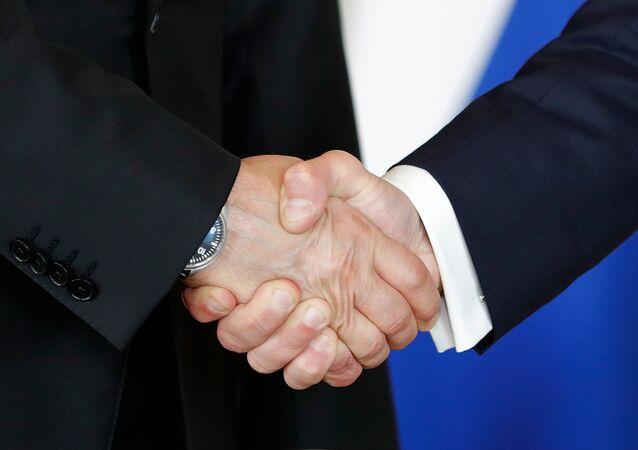Rusya Devlet Başkanı Vladimir Putin ile Fransa Cumhurbaşkanı Emmanuel Macron el sıkıştı.