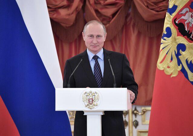 Vladimir Putin'den Rus ebeveynlere şeref nişanı / Video haber