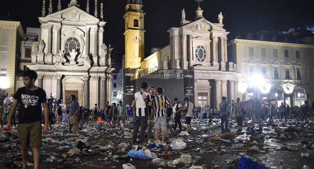 İtalya'da maç yayını sırasında izdiham
