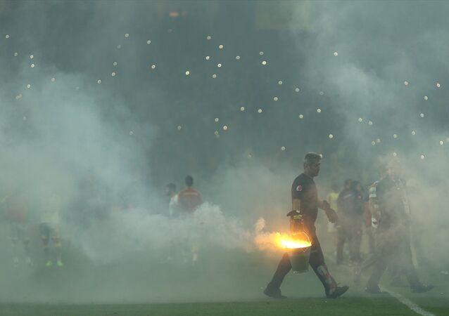 Eskişehirspor - Göztepe arasında Antalya Stadı'nda oynanan 1. Lig Play-Off finalinde meşale krizi yaşandı. Atılan meşaleler nedeniyle görüş mesafesinin düşmesi üzerine hakem Ali Palabıyık, 3 kez maçı durdurmak zorunda kaldı. Maça jandarma takviyesi yapıldığı öğrenildi.