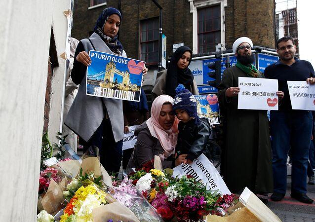 Londra'daki anma etkinliklerine katılan Müslümanlar